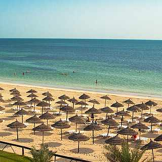 Langer Sandstrand und türkisfarbenes Meer auf Djerba