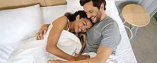 Paar im Bett hat Wunschzimmer TUI BLUE