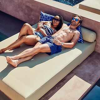 Paar auf einem Poolbett