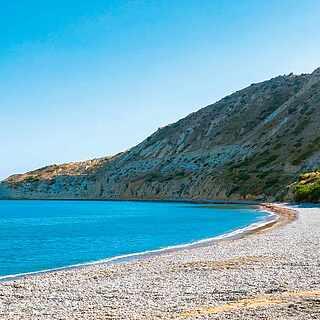 Schöne Bucht mit Blick aufs Meer auf Zypern
