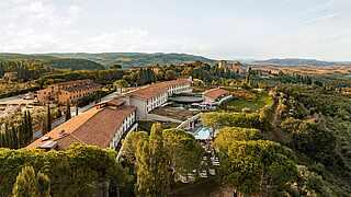 Toscana Resort Castelfalfi mit Borgo aus der Vogelperspektive