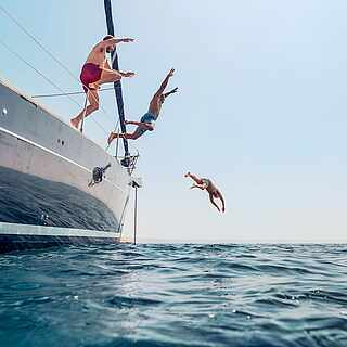 TUI BLUE for all Segelboot Männer springen ins Meer