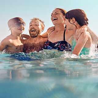 Fröhliche Familie im Pool