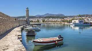 Kreta mit Blick auf den kleinen Hafen von Rethymnon